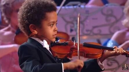 Ha solo 5 anni ma quello che riesce a fare con il violino ha dell'incredibile