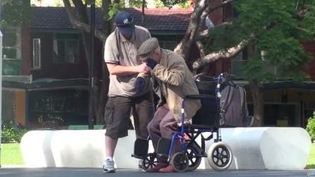 Sembra un nonno sulla sedia a rotelle ma quando si alza lascia tutti senza fiato