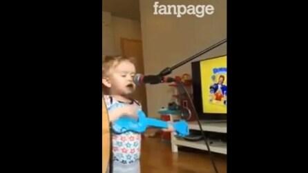 Ha solo due anni, imbraccia una piccola chitarra ed emoziona tutti col suo canto
