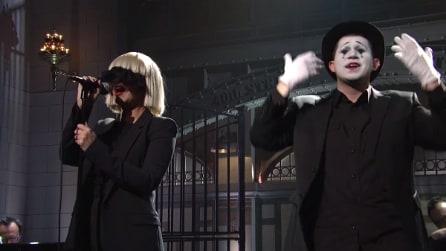 """Sia canta """"Chandelier"""" al Saturday Night Live"""