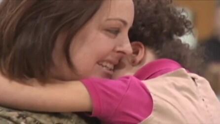 Il ritorno a sorpresa della mamma, lontana da casa per una missione in Bahrain