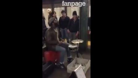 Un fenomeno alla batteria mostra tutto il suo talento in strada