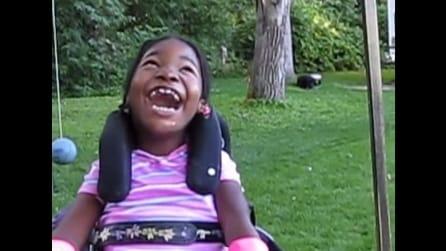L'emozionante reazione di una bambina disabile sulla sua prima altalena