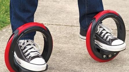 Basta mettere i piedi nei due cerchi e il divertimento è assicurato