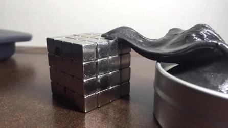 Avvicinate un fluido con proprietà magnetica e un cubo di metallo e guardate cosa succede