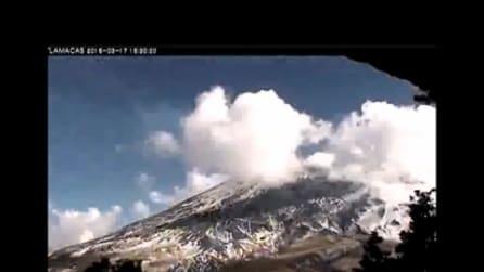Messico, l'eruzione del vulcano Popocatépetl in timelapse