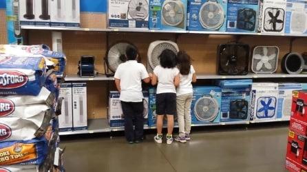 Tre bambini vicino ad un ventilatore: quello che riescono a fare è sbalorditivo