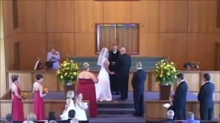 Il prete celebra il matrimonio, quello che avviene alle sue spalle è allucinante