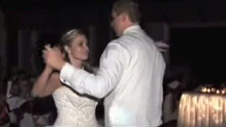 Iniziano a ballare, ma a nessuno sfugge quel dettaglio sull'abito della sposa