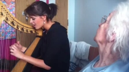 Canta per la nonna in ospedale. Con la sua voce celestiale commuove tutti