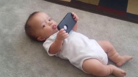 Ascolta una canzone dal cellulare, la sua reazione lascia senza parole la mamma