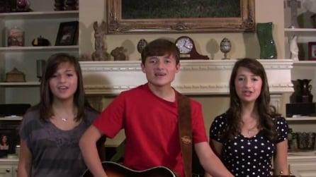Trio di fratelli canta in coro ma quando lui smette di suonare l'effetto è celestiale