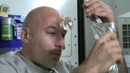 L'astronauta Luca Parmitano mostra come ci si lava la testa nello spazio