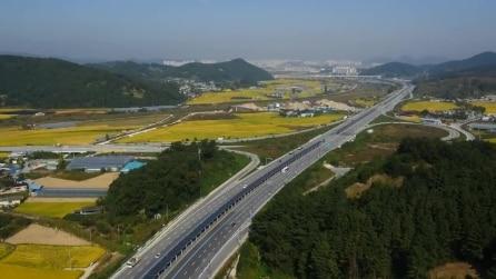 Corea del Sud, la pista ciclabile attraversa la superstrada ed è coperta da pannelli solari