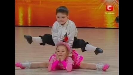 Appena questa coppia di bambini inizierà a ballare vi lascerà senza parole