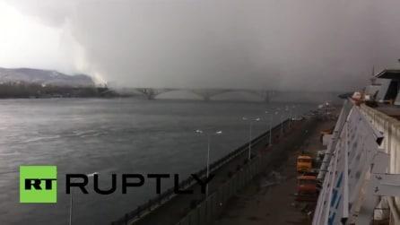 Russia, in meno di un minuto l'enorme nuvola carica di neve ricopre la città