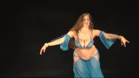 Nemmeno la gravidanza ferma questa strabiliante danzatrice del ventre: straordinario quel che fa col pancione