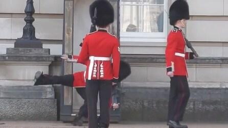 Il terribile scivolone del soldato durante il cambio della guardia a Buckingham Palace