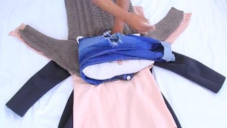 Avvolge i maglioni intorno ai pantaloni, la soluzione geniale per chi vuole viaggiare