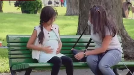 """È sconvolta nel vedere una bambina incinta, ma quando arriva il """"papà"""" non crede ai suoi occhi"""