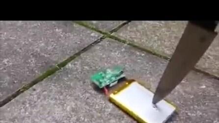 Prende a coltellate la batteria dello smartphone, ecco cosa accade