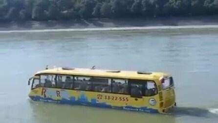 """India, ecco il """"water bus"""": cammina in strada e naviga"""