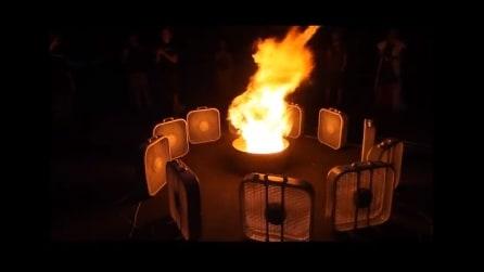 Mettono una serie di ventilatori intorno a del fuoco, il risultato è da togliere il fiato