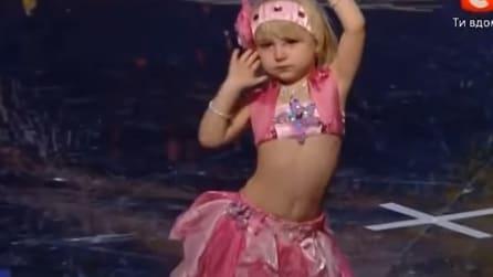 Quando questa bambina inizierà a ballare la danza del ventre resterete a bocca aperta