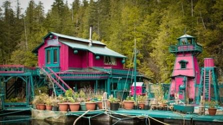 Sembra una normale casa immersa nel verde ma non immaginerete mai dove è stata costruita