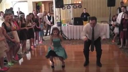 Il papà balla in coppia con la figlia di 10 anni e il risultato è imperdibile
