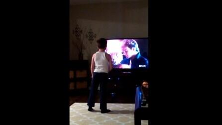 """Il bambino che balla """"Dirty Dancing"""" davanti alla TV: un piccolo Patrick Swayze"""