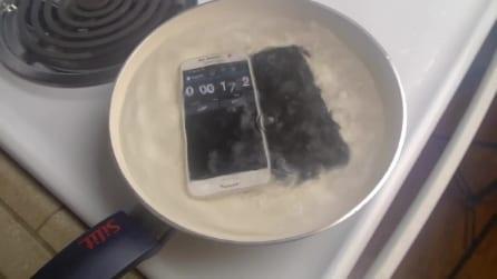 Immerge nell'acqua bollente un Samsung Galaxy S6 e un iPhone 6: ecco il risultato
