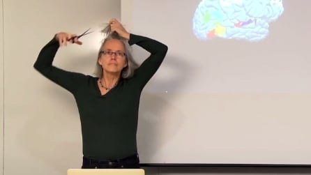 La professoressa si taglia i capelli durante la spiegazione: la lezione a cui tutti vorremmo assistere