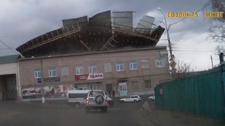 Si stacca il tetto del palazzo: le incredibili immagini