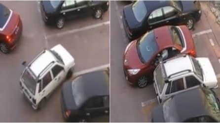 Sta per parcheggiare ma un altro le ruba il posto, lei lo incastra e guardate come ne esce