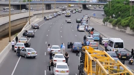 Sentono un terribile suono e si fermano tutti in piena autostrada, il motivo vi commuoverà
