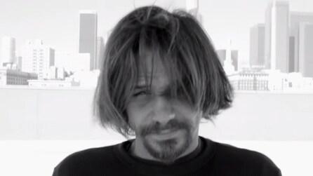 Basta un taglio di capelli per renderlo irriconoscibile, la sua reazione è toccante