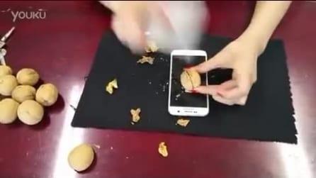 Usa un Samsung come schiaccianoci, guardate cosa succede