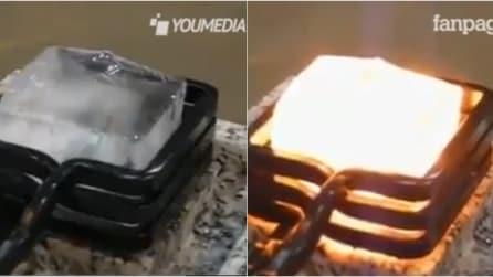 """Il pezzo di ghiaccio diventa """"incandescente"""" in pochi secondi"""