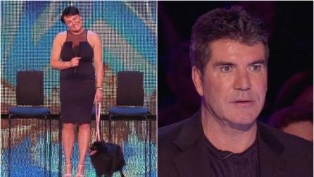 Sale sul palco e quando il cane li guarda negli occhi ecco cosa accade