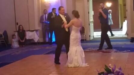 Il papà interrompe il ballo con la figlia al matrimonio e quello che fa lascia tutti basiti