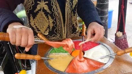 Avvolge la crema attorno al bastoncino e il risultato è gustosissimo