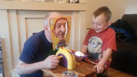 Un divertentissimo gioco: chi avrà la torta in faccia?