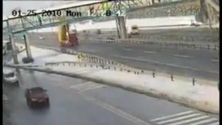 Il camion distrugge il ponte: l'incredibile incidente