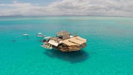 Un bar galleggiante da sogno in mezzo al mare: lo spettacolo delle Fiji