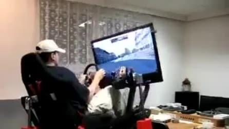 Si schianta contro il guardrail col suo simulatore di Formula 1. Guardate l'effetto