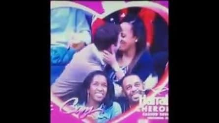 La telecamera li inquadra e loro si baciano: ma la coppia sotto ha una brutta sorpresa