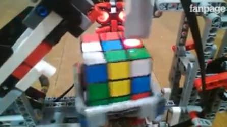 Il robot che risolve il cubo di rubik in meno di un minuto