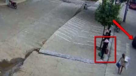 La nonnina sta aspettando l'autobus quando viene investita da una ruota gigante