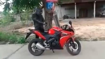 Si prepara per guidare questa fantastica moto ma non immaginerete mai cosa accade